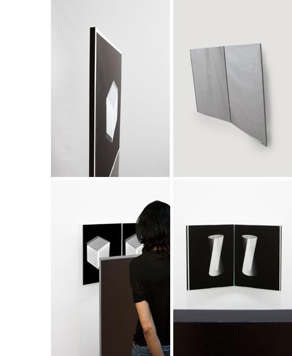 Installation : tirage contre-collé sur panneau noir, deux miroirs au mur